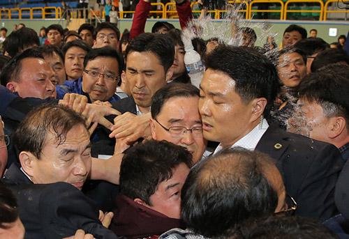 韩国总理遭家属泼水