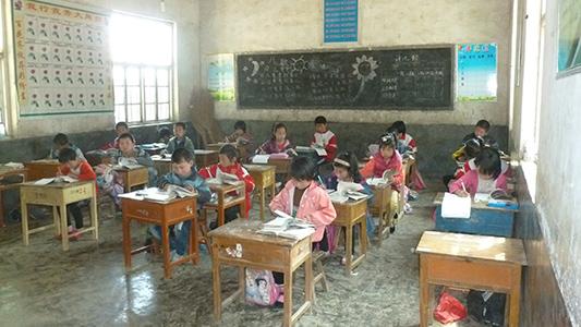 新盛店镇中心小学的孩子们在用心学习