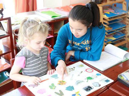 幼兒園老師教孩子畫畫的圖片