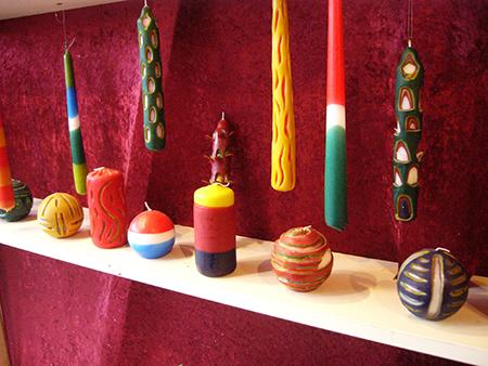 耶诞市集中,可以自己雕刻和上色,制成自己喜欢的各式蜡烛