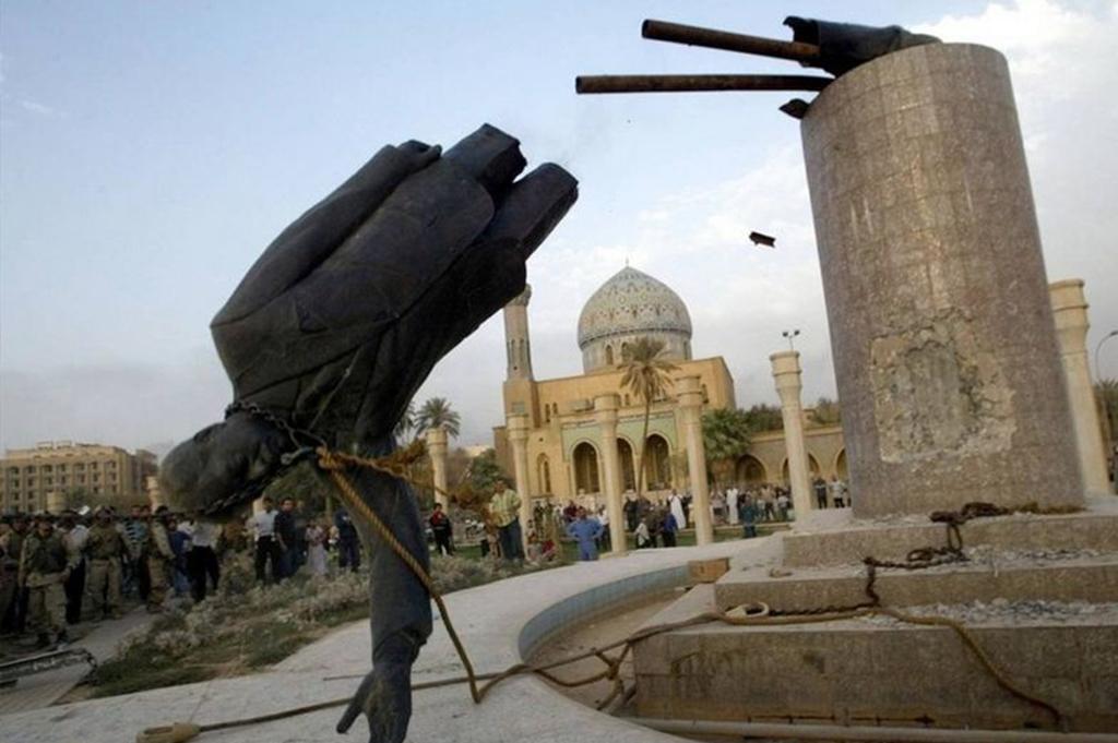 伊拉克总统萨达姆侯赛因雕塑被推倒