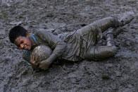 印度少年泥浆地里踢球
