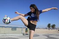 美女球迷沙滩秀球技