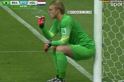 荷兰门将遭恶搞 球场上抽烟