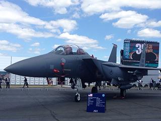 美军F-15战机亮相范堡罗航展