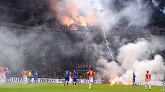 欧预赛球迷投掷烟火场面恐怖 意大利比赛中断