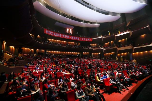 观众们早早就等候在福建大剧院内
