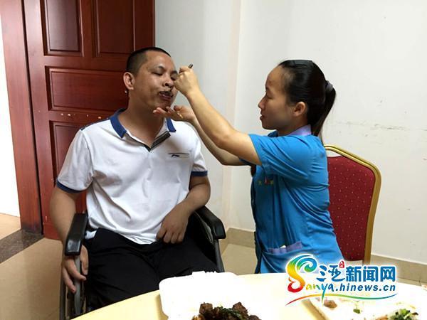 邱燕桦天天担任韦青龙的衣食起居(三亚期货配资 网记者刘丽萍摄)