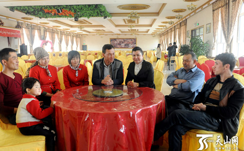 阿卜力提普·穆太里甫(中)的岱潍尔餐饮广场,招聘的员工包含维吾尔族图片