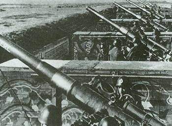 意大利士兵正在操练西西里海岸上的防御火炮