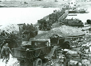 德军通过沃罗涅日附近的一座浮桥