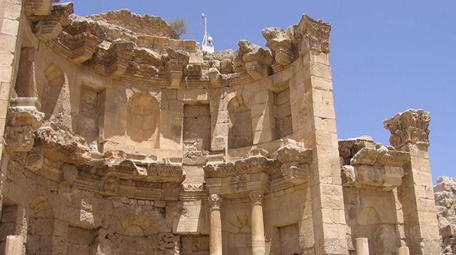 阿拉伯半岛到地中海的贸易之路上,所以它成了那些横越干旱乡村地区