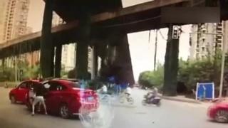 实拍女司机遭男司机当街暴打 疑因突然变道