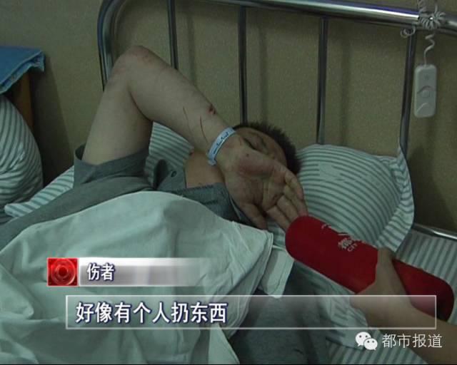 当事人的局部家眷也赶到了病院,面临从天而降的苦难,家人的心情十分悲哀。