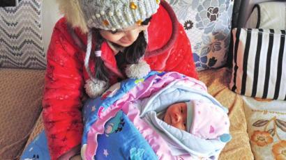 """叶红抱着刚出身的宝宝,提及那天的经验""""有点后怕""""。"""