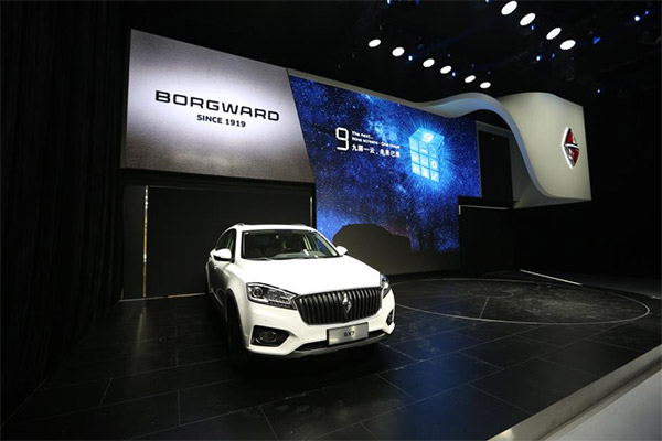 BX7 5/6/7座和老爷车Isabella亦迎来了西南地区的首次亮相。  【德国宝沃汽车成都车展发布会】   当前,大数据已经渗透到每一个行业和业务职能领域,成为重要的生产要素。人们对于海量数据的挖掘和运用,预示着新一波生产效率增长和个性化消费浪潮的到来。德国宝沃汽车洞察行业趋势,利用大数据将用户体验提升到战略高度,建立宝沃九屏一云服务平台,这一创新举措引领了大数据产业变革,是利用创新科技贯穿客户全生命周期车生活体验的重要实践。   在本次发布会上,宝沃(中国)执行副总裁陈威旭先生表示,当汽车行业还在