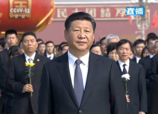 国歌唱毕,全场肃立,向为中国人民解放事业和共和国建设事业英勇献身的烈士默哀。