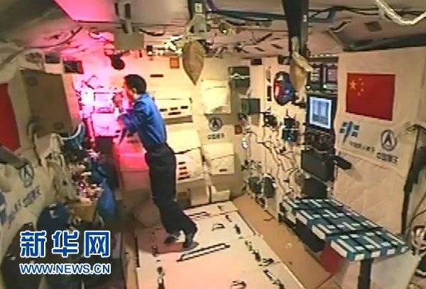 11月11日,新华社太空特约记者、航天员景海鹏在天宫二号介绍太空中的植物栽培情况。这是航天员在天宫舱内照料栽培的植物。新华社发(中国航天员中心提供)