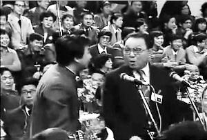 1987年姜昆和唐杰忠表演相声《虎口脱险》。