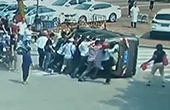 车辆侧翻路人抬车救人