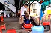 大排档员工用脚洗豆芽