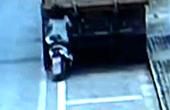 女生骑车玩手机追尾货车