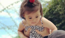贾静雯带女儿玩耍 咘咘超美的
