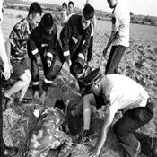 北京:铁路民警与消防人员共同救援坠井男童