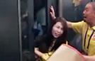 两女子地铁打架险被夹头