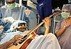 印度男子边做手术边弹吉他