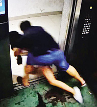 女子电梯遭邻居猥亵 逃出又被拽回
