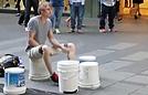 小伙用桶当鼓敲完美音律