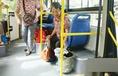 公交乘客扔垃圾老太捡起