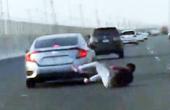 男子高速追打跌落车外