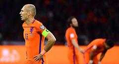 世预赛-荷兰2-0仍出局 罗本神色落寞