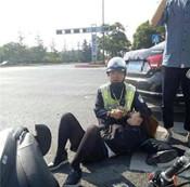 江苏南通女子被撞骨折 交警席地坐当枕头