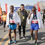 选手穿凉鞋跑马拉松夺冠