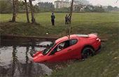 司机开车玩手机 200万玛莎拉蒂冲进水塘报废