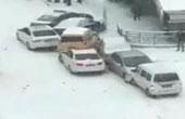雪天路滑10余车连环撞