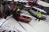 路面积雪出租车撞上协警