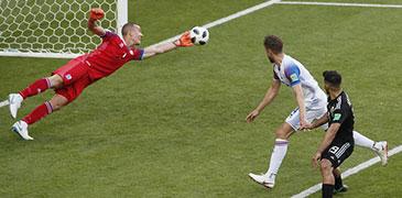 冰岛门神竟被轻松晃晕 首战曾封梅西点球