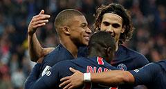 法甲-巴黎5-0 姆巴佩同队友庆祝
