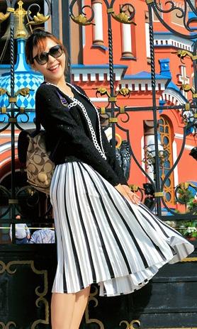 黑白豎條紋帥氣半身裙 搭配小香風經典黑外套